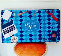 Seu pai gosta de ficar no sofá ou na cama com o notebook no colo? Então essa almofada bandeja é uma ótima dica de presente! Ele fica confortável e o notebook refrigerado. *Dia14/08*  #domgato #decoração #dicasdedecoração #diadospais #ficaadica #almofadaparanotebook ➡️ Enviamos para todo o Brasil, faça o pedido pelo Whatsapp 17992840763, conheça nosso site www.domgato.com ou nos visite na Loja Física: Av Antônio Tavares Pereira Lima, 595 - São José do Rio Preto - SP CEP: 15061-220.