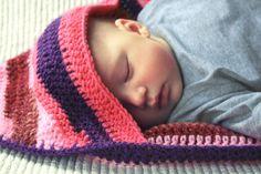 Gehaakte babydeken / omslagdoek met streepjes. €69,95, via Etsy.