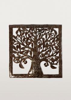 Organique, naturel et débordant d'énergie, cet arbre de vie en métal taillé est profondément enraciné dans la vitalité du peuple haïtien. Un chef-d'œuvre d'artisanat!