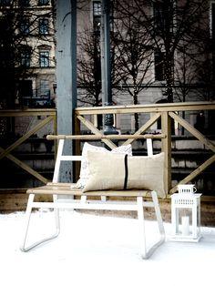 Designer Anna Efverlund inspirerades av den klassiska sparken när hon formgav IKEA PS 2014 bänk. HELGONÖRT kuddfodral, PIPÖRT kuddfodral, BORRBY lykta för blockljus.