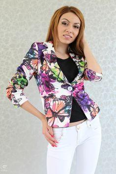 Свежо и атрактивно дамско лятно сако в свеж десен на цветя и пеперуди. Модел Нелл е със силно втален силует, прилепва перфектно по тялото и ...