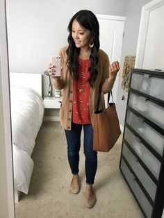 Outfits + Super Affordable Long Cardigans In Stock red floral top + tan cardigan + dark wash jeans + nude flatsred floral top + tan cardigan + dark wash jeans + nude flats Winter Teacher Outfits, Summer Work Outfits, Casual Work Outfits, Business Casual Outfits, Work Attire, Work Casual, Fall Outfits, Cute Teacher Outfits, Teacher Style
