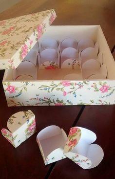 Caixa de MDF forrada com tecido, e as forminhas de doces também são forradas com o mesmo tecido ... Um charme!