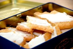 Opskriften på de bedste fedtebrød, der er virkelig nemme småkager. Fedtebrødene skal ikke hæve, er hurtige at gøre klar og bagetiden er kort. Til en bageplade med verdens bedste fedtebrød skal du b…