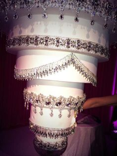 How the baker made the Kaley Cuoco Wedding Cake with the Rhinestones. The Kaley Cuoco Wedding Cake shape was a Upside Down Chandelier with jewels. Kaley Cuoco, Pretty Cakes, Beautiful Cakes, Simply Beautiful, Absolutely Gorgeous, Chandelier Cake, Chandelier Wedding, Hanging Chandelier, Jamie Lynn Spears