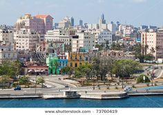 La Habana Vieja. ¿Por qué es tan bonita? Quiero ir ahora!  Estos edificios son tan bonitos y antiguos. Rico con los colores y la historia.