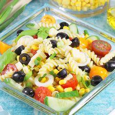 Super szybka, bardzo prosta i niezwykle pyszna sałatka makaronowa z warzywami i żółtym serem. To bardzo uniwersalny przepis, ponieważ możesz do niej dodać zarówno kurczaka, jak i szynkę lub tuńczyka z puszki. Fruit Salad, Pasta Salad, Baking, Ethnic Recipes, Food, Impreza, Diet, Crab Pasta Salad, Fruit Salads