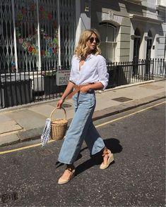 Look com calça jeans pantacourt - look com camisa branca - look com espadrille - look com bolsa de palha - look com cinto - look com pantacourt jeans; Parisian Style Fashion, Fashion Blogger Style, Retro Fashion, Womens Fashion, Fashion Bloggers, French Fashion, Vintage Fashion, Denim Fashion, Look Fashion
