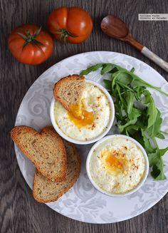 Huevos en cocotte con tomate y queso de cabra. Receta para un brunch casero
