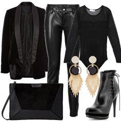 Outfit composto da pantaloni in similpelle, body con dettagli trasparenti e giacca in velluto. Completano il look la borsa a mano, le scarpe con tacco a stiletto e gli orecchini pendenti.