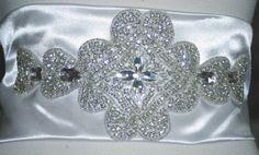 Aplicación bordada en pedrería a mano para vestidos o cinturones de novia. ArtJoana.com