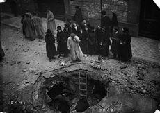 Guerre 1914-1918. Cratère de bombe après le bombardement aérien allemand du 11 mars 1918. Paris (VIIème arrondissement), rue de Lille.