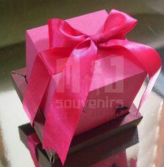 Diseñada para  cumpleaños Materiales : Cartulina , cinta Apliques : Lazo y mariposas