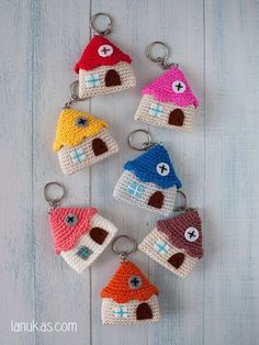 Keychain amigurumi little house by Lanukas on Etsy Thinking of this but create a temple pattern instead. amigurmi-little-haus-schlüsselanhänger - Diy für Baby So browse this big collection containing 62 DIY crochet key chain ideas with a variety of des Crochet Amigurumi, Amigurumi Patterns, Crochet Dolls, Amigurumi Doll, Crochet Ideas, Crochet Gifts, Cute Crochet, Crochet Keychain Pattern