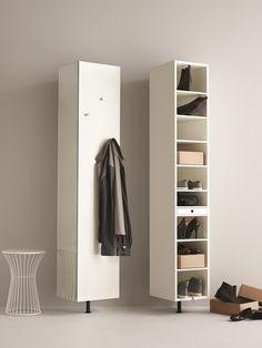 Biała szafka na buty, szafa na płaszcze, miejsce na płaszcze, przedpokój, meble do korytarza. Zobacz więcej na: https://www.homify.pl/katalogi-inspiracji/13055/urzadzanie-korytarza-szafki-na-buty