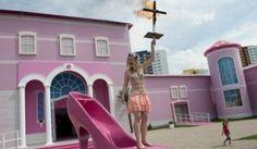 R A G News Humor E Curiosidade: Feministas sabotam inauguração da casa de Barbie em Berlim