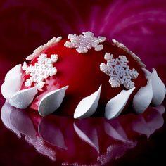 Flocon Elsa  Le célèbre gâteau Elsa de Pierre Hermé se décline en flocon rouge framboise orné de flocons et de meringues légères.