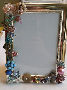Embellished vintage jewelry picture frame Source by etsy Costume Jewelry Crafts, Vintage Jewelry Crafts, Recycled Jewelry, Vintage Costume Jewelry, Antique Jewelry, Jewelry Frames, Jewelry Tree, Jewellery Box, Jewelry Mirror