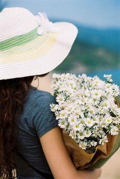 mujer con sombrero y flores