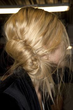side twist~~♥ the undone look! Messy Hairstyles, Pretty Hairstyles, Style Hairstyle, Updo Hairstyle, Wedding Hairstyles, Undone Look, Corte Y Color, Lavender Hair, Facon