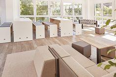 Cafeteria - das Loungesofa Places läd mit hellen, warmen Farben zum Relaxen ein. Für die Mahlzeiten stehen 6-er Tische mit Sitzbänken bereit. Der Tischkicker ist das Highlight der Cafeteria Lounge, Outdoor Furniture Sets, Outdoor Decor, Modern, Divider, Room, Design, Home Decor, Warm Paint Colors