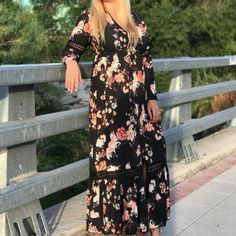 Impresionante vestido largo de tejido tipo crepe con detalles de crochet en las mangas y en la parte de la falda.  El tejido es ligeramente elástico y se adapta a varias tallas. Desde la 36 a la 42 aproximadamente.  Estampado oriental de pájaros y hojas.