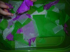 Stroken zijdepapier in de experimenteertafel leggen.  De kleuters leren het zijdepapier scheuren.
