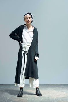 Y's Yohji Yamamoto Spring 2017 Ready-to-Wear Fashion Show Collection: See the complete Y's Yohji Yamamoto Spring 2017 Ready-to-Wear collection. Look 3 Live Fashion, Fashion Week, Fashion 2017, Urban Fashion, Runway Fashion, Spring Fashion, Yohji Yamamoto, Japanese Fashion Designers, Cooler Look