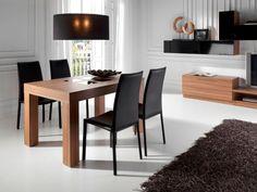 Mesa cuadrada y sillas de cuero