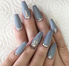 szare matowe paznokcie