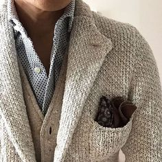 Layering and texture, like the use of a pocket square in a casual look Mens Fashion Blazer, Mens Fashion Blog, Look Fashion, Fashion Menswear, Fashion News, Fall Fashion, Fashion Trends, Sharp Dressed Man, Well Dressed Men