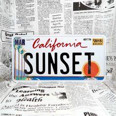 好きな文字をプリントできる、アメリカ製のナンバープレート。世界に1枚しかないナンバープレートが作れます!こちらは車用サイズ・カリフォルニア・ヤシの木のデザイン。