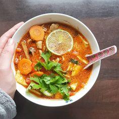 Thaisuppe med kylling og grønnsaker 👌🏻 Så godt med noe varmt en kald høstdag 🍁🍃// Thai soup with chicken and vegetables for dinner tonight. Perfect for cold autumn days 🍃🍁 #foodartblog #eeeeeats #buzzfeedfood #foodpic #f52grams #huffposttaste #goodeats #matbloggsentralen #matfrafolket #feedfeed #vegetables #buzzfeast #food52 #instafood #foodster #godtno #homemade #foodporn #gmn #gmnwenche #lovefood #nrkmat #thekitchen #matglede #autumn #cucumberandlime #thaisoup @thefeedfeed @thechefpit Thai Soup, Dinner Tonight, Thai Red Curry, Ramen, Japanese, Chicken, Ethnic Recipes, Instagram, Food