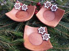 Svícínek zdobený perníčkem Clay Projects For Kids, Projects To Try, Ceramic Christmas Decorations, Christmas Crafts, Pottery Bowls, Ceramic Pottery, Biscuit, Paint Colors For Living Room, Pottery Designs