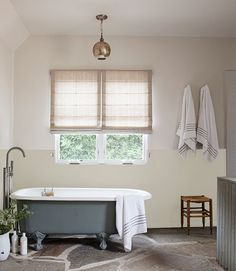 Pretty bathroom with neutral palette (Corbin Bernsen and Amanda Pays' home via mix and chic)