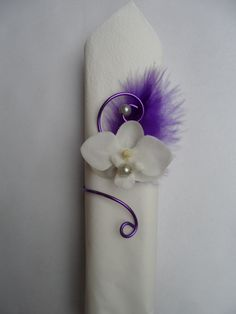 Orchid and feather towel ring - Purple and gray white: Other accessories . Diy Bow, Diy Ribbon, Wedding Planning Tips, Event Planning, Table Set Up, Wedding Napkins, Flower Crafts, Communion, Wedding Accessories