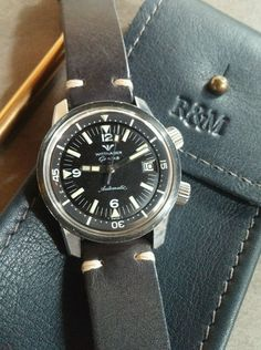 Selling a beautiful mens Wittnauer Geneve Super Compressor dive watch from the 1960's. The 36mm case is in good unpolished condition with aharp edges.
