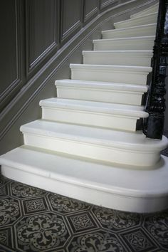 HOME TOUR : La maison de Karine et Antoine aux Chartrons | FLODEAU Staircase Molding, Marble Staircase, Staircase Design, Interior Stairs, Interior Architecture, Interior And Exterior, Entry Stairs, House Stairs, Foyer Flooring