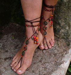 Este listado está para un par de sandalias de los pies descalzos y un anillo del dedo del pie.  Hermosas y únicas sandalias pies Descalzas con una