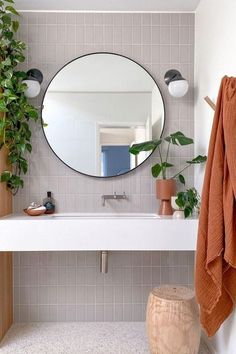 Decoração de banheiro com plantas. O verde é que dá o charme nesse banheiro claro e de linhas simples. Modern Boho Bathroom, Modern Entryway, Beautiful Bathrooms, Bathroom Interior Design, Bathroom Designs, Bathroom Prints, Bathroom Ideas, Bathroom Storage Units, Entryway Hooks
