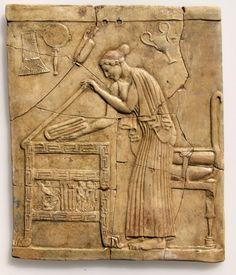 Pinax in terracotta (V sec. a. C.) rappresenta la dea Persefone che posa un telo piegato in una cassa di legno intagliata. ~ Museo Archeologico Nazionale di Locri Epizefiri – Locri (RC) – Calabria