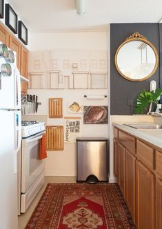 7 Ideas to Steal From Rental Kitchens Rocking Their Oak Wood Cabinets Rental Kitchen Decor Ideas - O Dark Wood Cabinets, Oak Kitchen Cabinets, Curio Cabinets, White Cabinets, Island Kitchen, Apartment Therapy, Studio Apartment, Apartment Ideas, Attic Apartment
