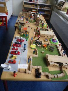 De Dierentuin, 2 tafels aan elkaar, ruimte voor alle dieren van de dierentuin. hokken bouwen met bouwstenen, kapla. Parkeerplaats met vloermozaiek