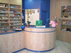tabaccheria in legno chiaro e rifiniture in azzurro