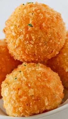 Cheddar Potato Balls Recipe cups plain mashed potato 1 tsp crushed garlic ½ tsp chopped parsley ¼ tsp black pepper ½ tsp salt ½ cup cheddar cheese (you can also use montery jack) 2 eggs + 1 egg yolk 1 cup flour 1 ½ cup panko Oil Potato Balls Recipe, Potato Recipes, Quiche Recipes, I Love Food, Good Food, Yummy Food, Tapas, Masterchef, Finger Food Appetizers