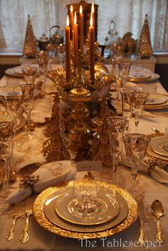 elegant Christmas table .... Pretty!