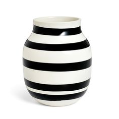 Kähler's popular and unmistakable black stripes adorn the classic Omaggio vase. The timeless vase from the Omaggio series is perfect for a splendid array of coloured flowers. Hot Pink Furniture, Decorative Accessories, Home Accessories, Black And White Vase, Scandinavian Design Centre, Design Vase, Design Bestseller, Paint Stripes, Contemporary Home Decor