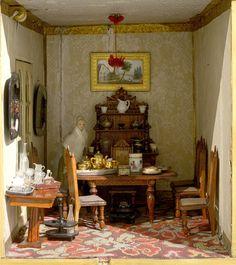 Comedor emplazado en la planta baja de la casa, entre la cocina y la zona de servicio, como en el siglo XVIII. Está amueblado con mesa y sillería de maderas oscuras.