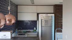 Cozinha com revestimento geométrico azul e bancada em Silestone branco