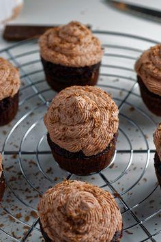 Recette de cupcakes au chocolat. La base moelleuse et forte en cacao est recouverte d'une douce crème mascarpone chocolatée.